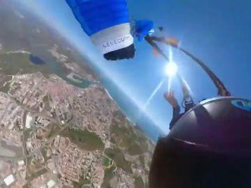 Pánico de un paracaidista en plena caída: se le enredó el paracaidas