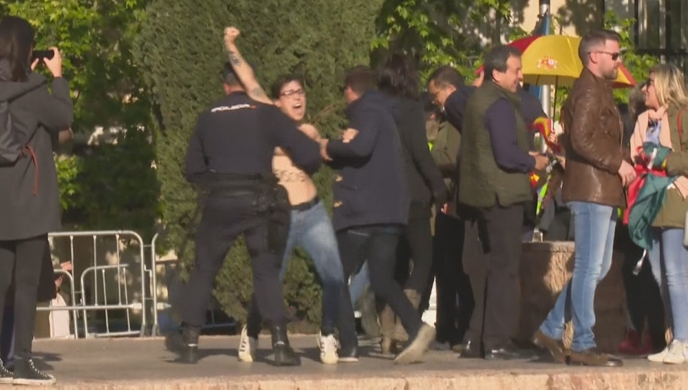 Femen irrumpe en un acto de Vox en Madrid