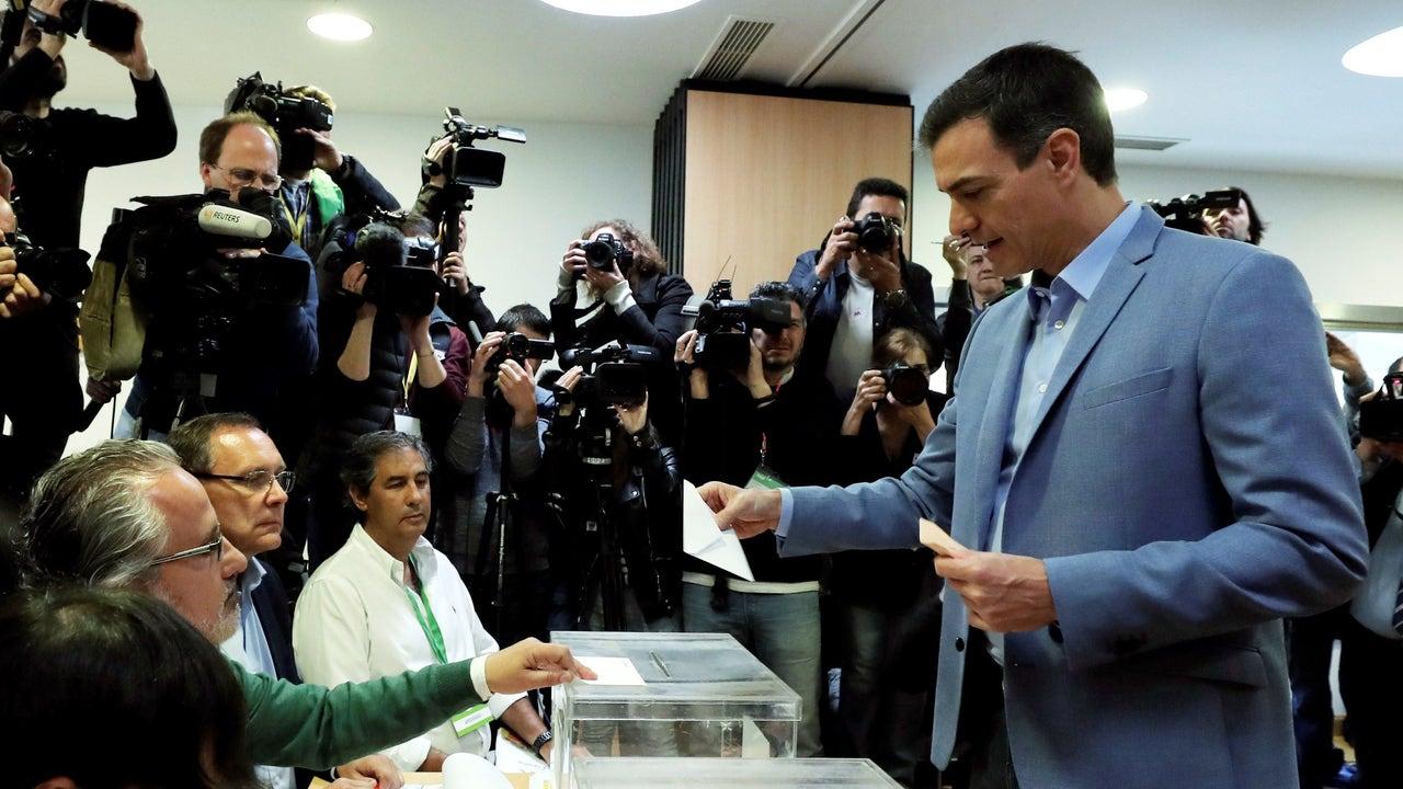 El presidente del gobierno Pedro Sánchez y su mujer Begoña Gómez votan