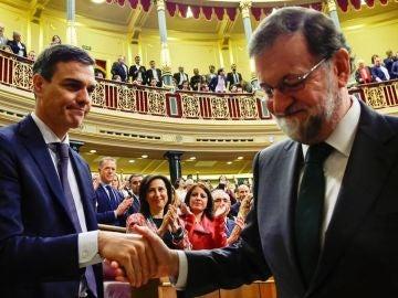 Rajoy saluda a Pedro Sánchez tras la moción de censura.