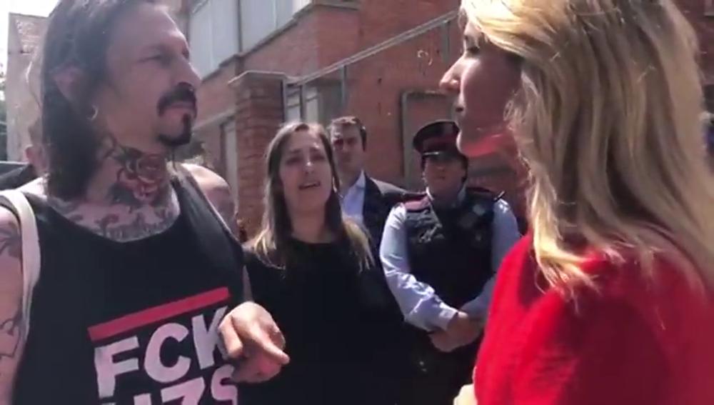 Tensa conversación entre Cayetana Álvarez de Toledo (PP) y unos independentistas