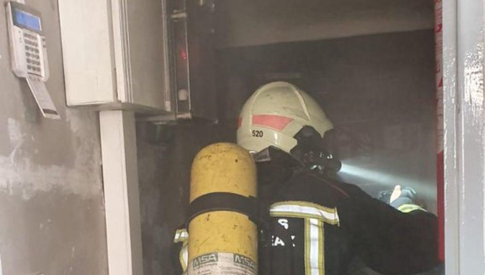 Imagen de un bombero en un colegio electoral