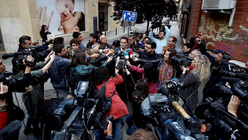 Albert Rivera habla con los medios tras votar en Barcelona