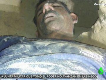 Cava un túnel debajo de la casa de su mujer para espiarla y queda atrapado en el interior
