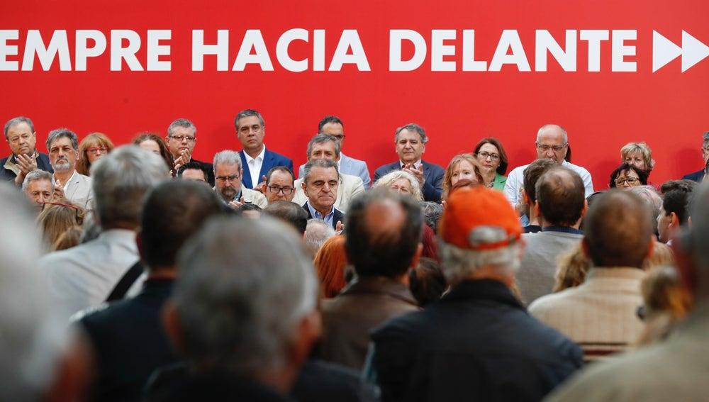 Miembros del PSOE Madrid apluden por el exlíder del PSOE Alfredo Pérez Rubalcaba