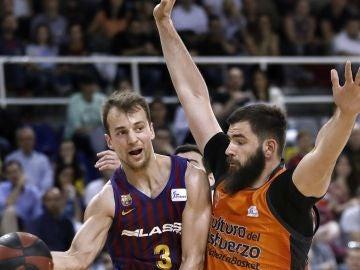 Pangos busca el pase ante la defensa de Dubljevic