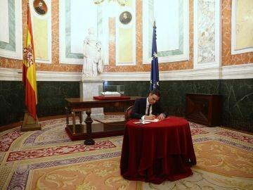 Pedro Sánchez en la firma del libro de condolencias