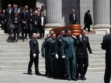 Féretro de Alfredo Pérez Rubalcaba saliendo del Congreso