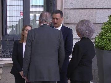 Los Reyes Juan Carlos y Sofía acuden a la capilla ardiente de Rubalcaba