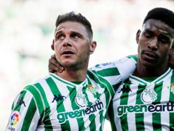 Joaquín celebra un gol del Betis
