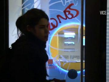 El vídeo en el que aparece Isabel Serra pintando y boicoteando sucursales de bancos de Madrid