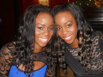 Las gemelas Mary Osaro (izquierda) y Martha Osaro (derecha)