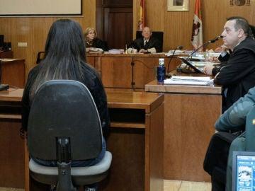 En el banquillo, la madre de Sara, niña asesinada en Valladolid