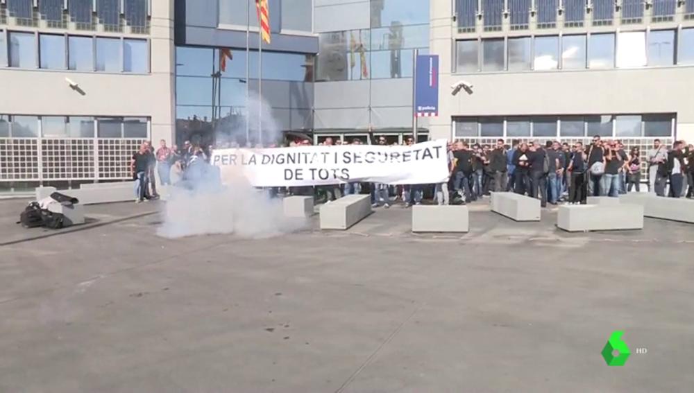 Un grupo de Mossos se encierra en una comisaría para exigir el diálogo con el Govern