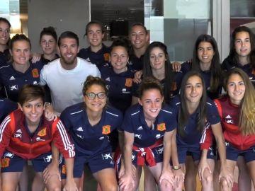 La selección femenina posa junto a Sergio Ramos