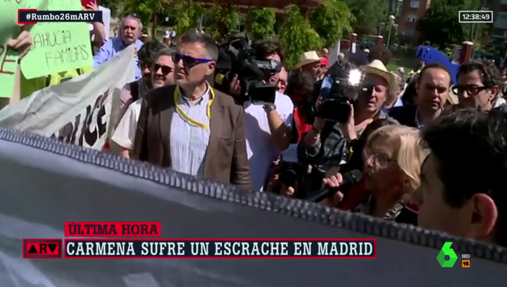 Manuela Carmena sufre un escrache en Madrid