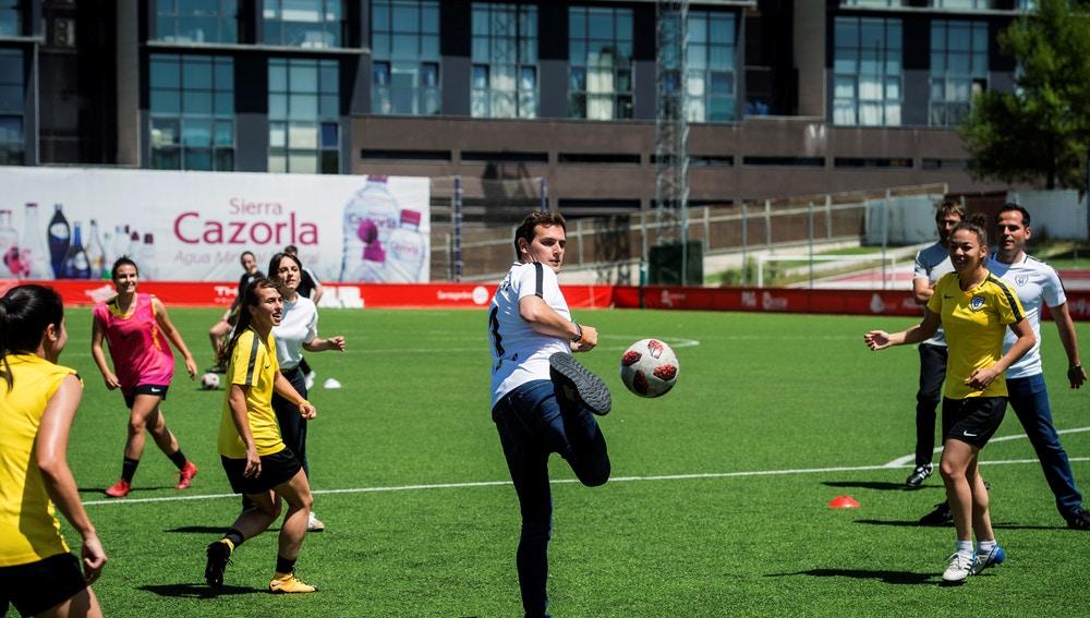 El presidente de Ciudadanos Albert Rivera, juega al fútbol con las integrantes del Madrid Club de Fútbol Femenino