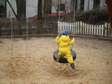 Un niño solo en un parque