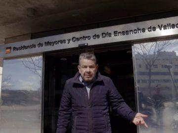 Alberto Chicote, frente a la residencia de mayores del Ensanche de Vallecas