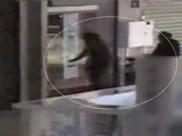 Imágenes de los delincuentes robando en un local