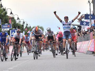 Damiano Cima celebra su victoria en la 18ª etapa del Giro