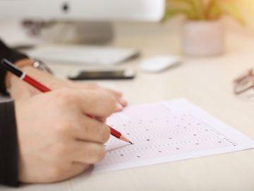 Imagen de archivo de un niño haciendo un examen.