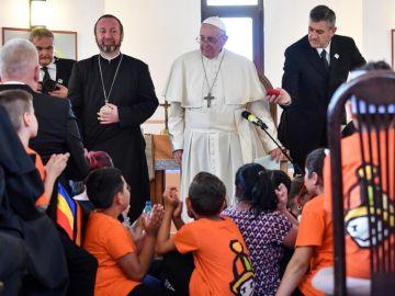 El papa Francisco acaba su viaje pastoral a Rumanía con una visita al barrio Barbu Lautaru de Blaj