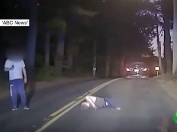 Un joven universitario ebrio e inconsciente se queda dormido en plena carretera