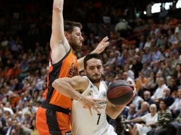 Campazzo entra a canasta en el partido contra el Valencia Basket