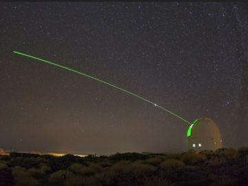 Un láser emitido desde el Observatorio del Teide, perteneciente al IAC