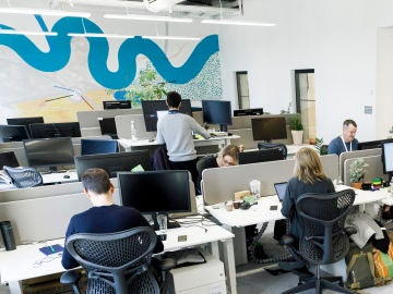 Empleados trabajando en una oficina de una multinacional
