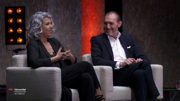 Paco Núñez junto a su mujer en su charla con Helena Resano