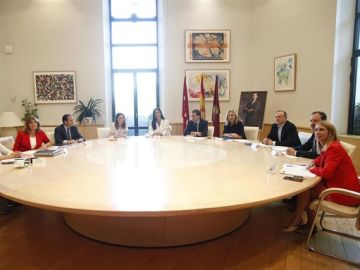La vicealcaldesa de Madid, Begoña Villacís, junto al alcalde, Jose Luis Martínez-Almeida presiden la primera reunión de la Junta de Gobierno municipal de Madrid del mandato de ambos