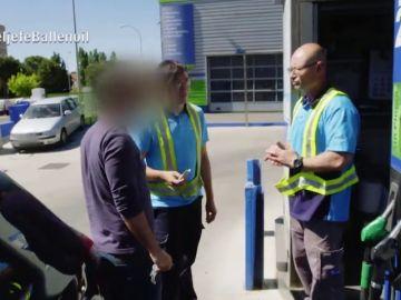 """Un cliente engaña a un gasolinero de 'Ballenoil' delante de El Jefe Infiltrado: """"Te voy a denunciar"""""""