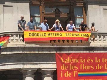 La pancarta desplegada en el balcón del Ayuntamiento de Valencia por España 2000