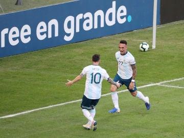 Lautaro Martínez celebra con Messi su gol contra Venezuela