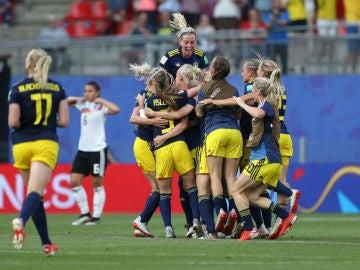 Suecia celebra un gol