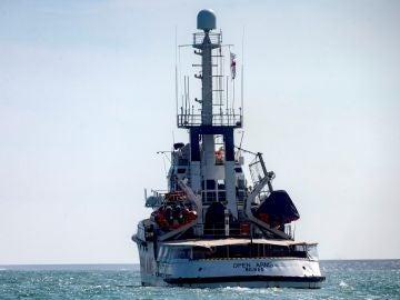 Open Arms halla un bote con 40 personas a la deriva y se dirige a Lampedusa