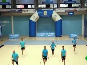 Imagen de padres haciendo gimnasia en homenaje a sus hijas