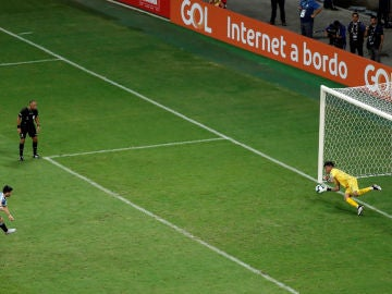 Gallese detiene el penalti a Luis Suárez