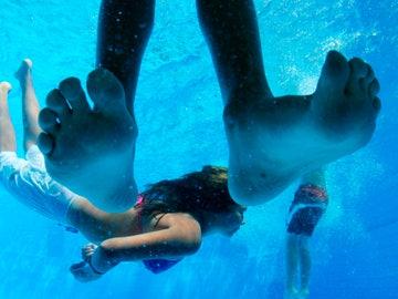 Menores bañándose en una piscina