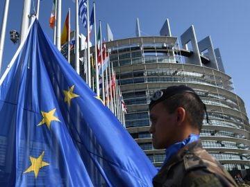 Alzamiento de la bandera europea frente al edificio Louise Weiss, sede del Parlamento Europeo