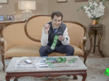 Así se metió Joaquín Reyes en la piel de Juanma Moreno 'pinchando' preservativos de Vox