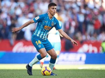 Rodri Hernández conduce el balón