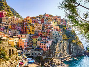 Imagen de las casas de un pueblo costero en Italia.