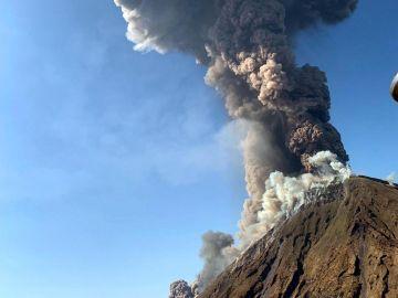 El volcán Estrómboli, en Italia, está en erupción