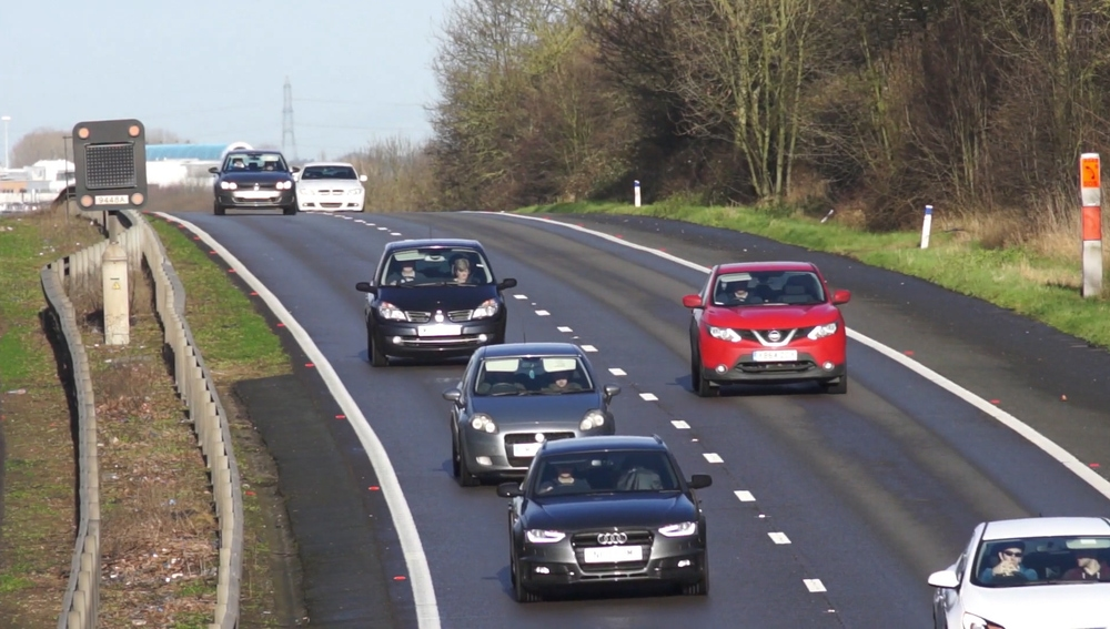 Autopista con dos carriles