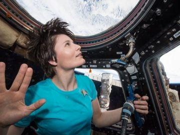 La astronauta Samantha Cristoforetti homenajea al personaje del Sr. Spock, de la serie Star Trek