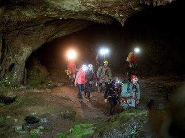 Las tres espeolólogas salen de la cueva, acompañadas de los miembros del equipo de rescate y efectivos de la Guardia Civil