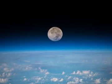 La Luna llena fotografiada por la Estación Espacial Internacional a 254 millas sobre el Océano Pacífico al noreste de Guam.